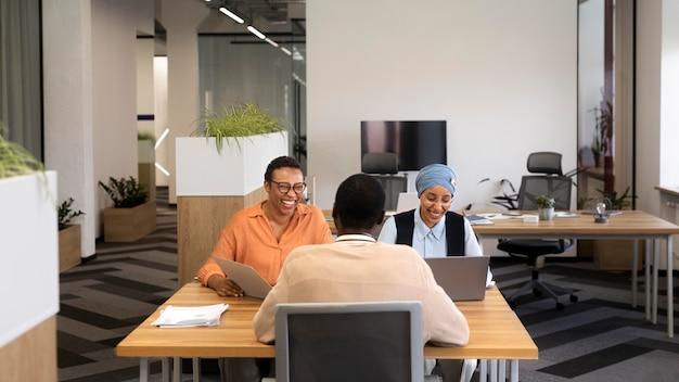 Homme assis pour un entretien d'embauche au bureau avec ses employeurs