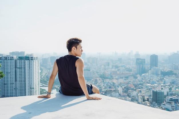 Homme assis reste concept sur le toit