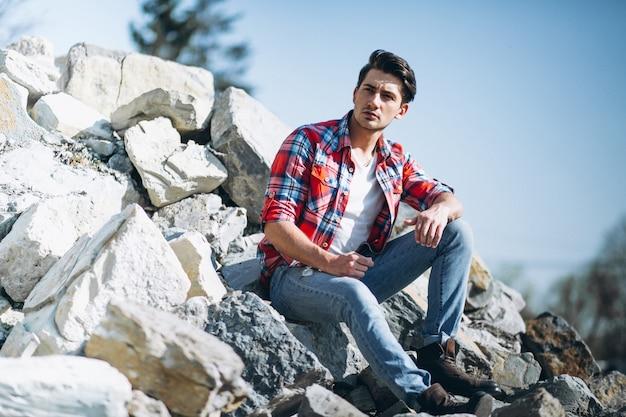 Homme assis sur des rochers