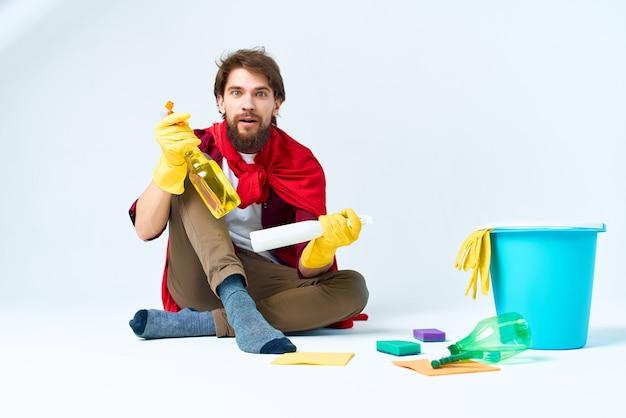 Un homme assis sur le sol accessoires de lavage style de vie professionnel