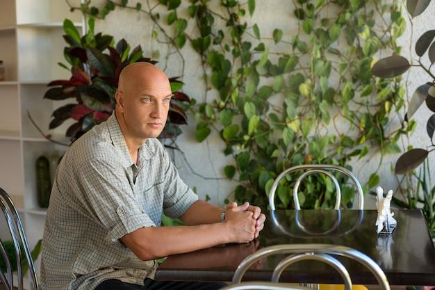 Un homme assis à une table dans un café