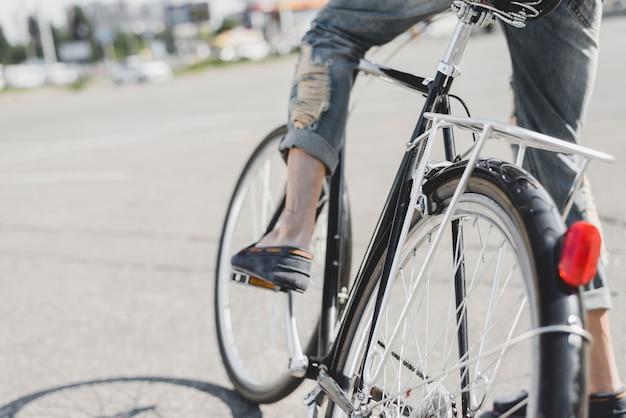 Homme assis à vélo à l'extérieur
