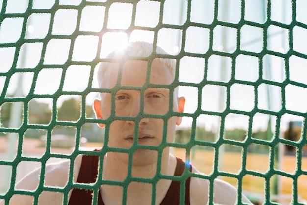 Homme d'athlète albinos sur une piste de course