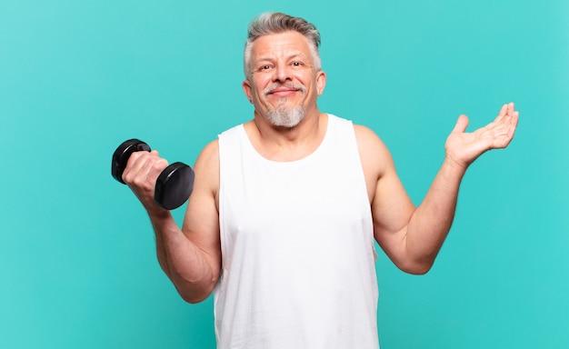 Homme athlète senior se sentant perplexe et confus doutant
