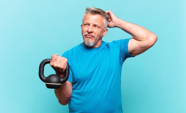 Homme athlète senior se sentant perplexe et confus, se grattant la tête et regardant sur le côté