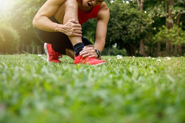 Homme athlétique avec douleur à la jambe et à la cheville