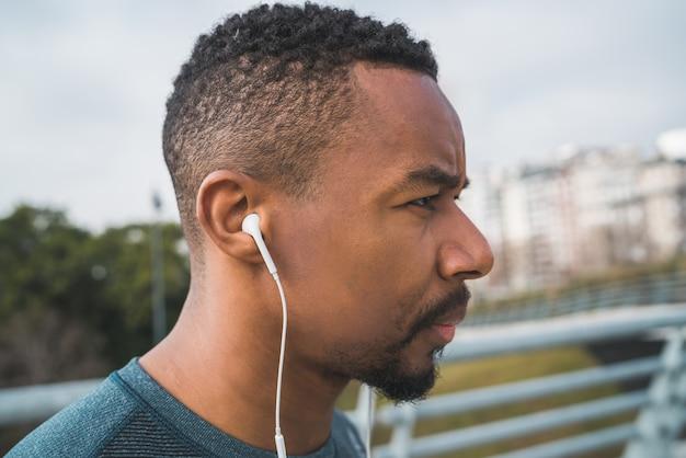 Homme athlétique, écouter de la musique.
