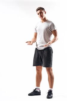 Homme athlétique sur un espace léger en pleine croissance et jogging chargeant le short baskets t-shirt.