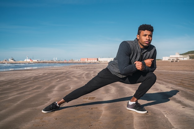 Homme athlétique étirement des jambes avant l'exercice