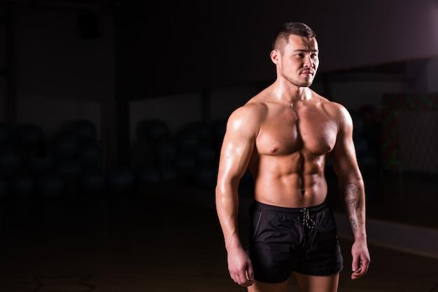 Homme athlétique fort montrant six pack