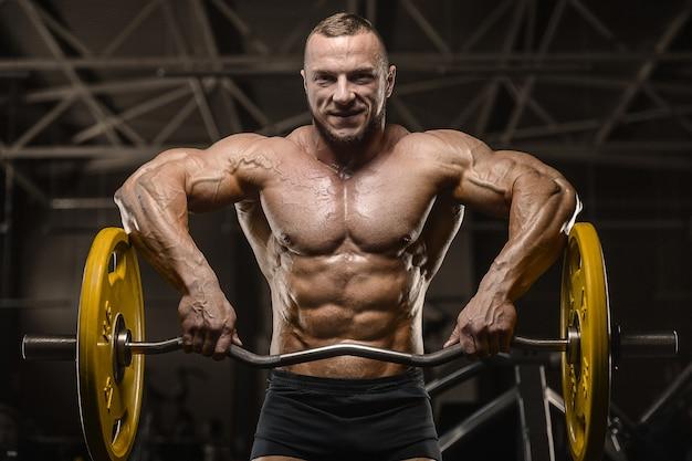 Homme athlétique fort pompant les muscles du dos