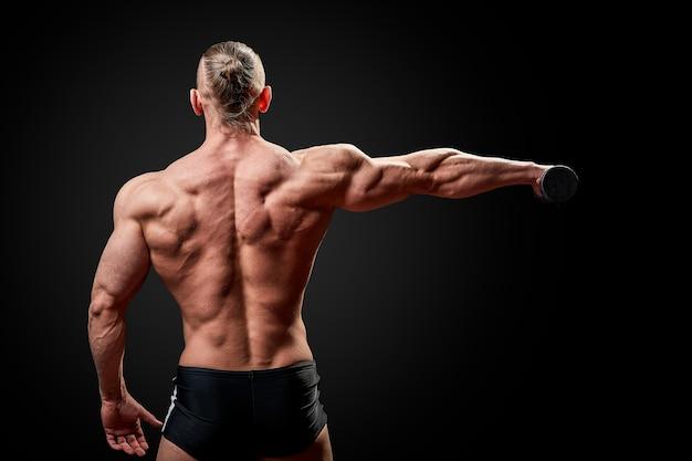 Homme athlétique posant