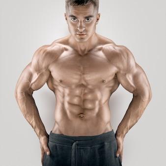 Homme athlétique de puissance jeune et en forme avec un grand corps physique