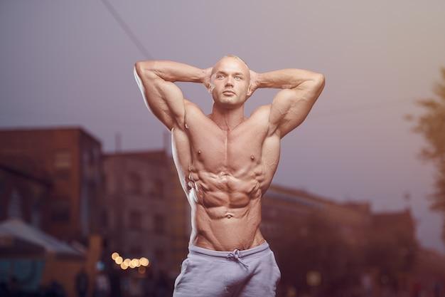 Homme athlétique de remise en forme à la rue. concept de musculation
