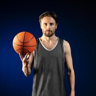 Homme athlétique tenant un ballon de basket