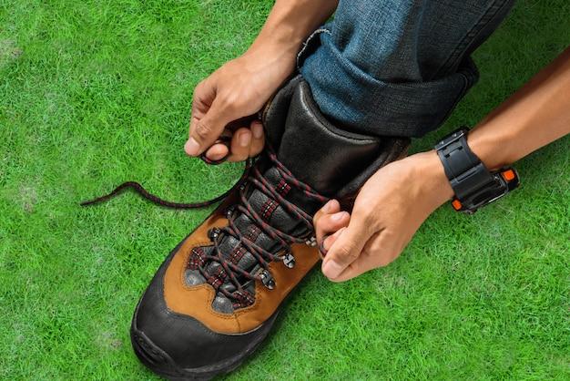 Homme attachant des lacets sur ses chaussures de randonnée
