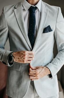 Un homme attache sa veste.