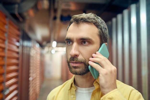 Homme attentif sérieux parlant sur smartphone