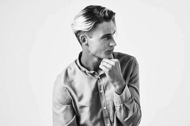 Homme attirant dans le portrait de style de vie de coiffure de mode de chemise