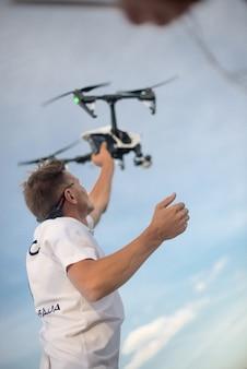 Un homme attrape un drone