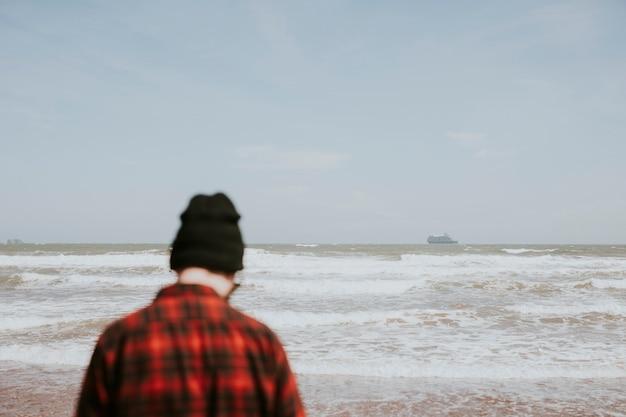 L'homme au bord de la mer au pays de galles, royaume-uni
