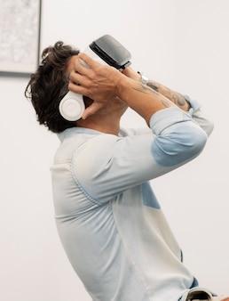 L'homme au bureau utilise des lunettes de réalité virtuelle
