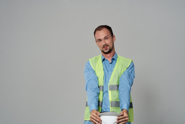 Homme au casque blanc protection travail fond clair de profession