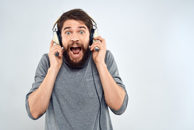 L'homme au casque écoute de la musique