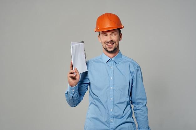 Homme au casque orange profession professionnelle de travail