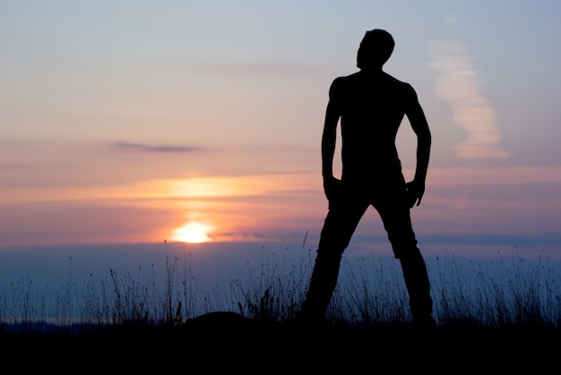 Homme au coucher du soleil