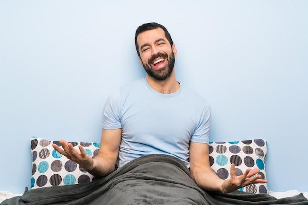 Homme au lit souriant