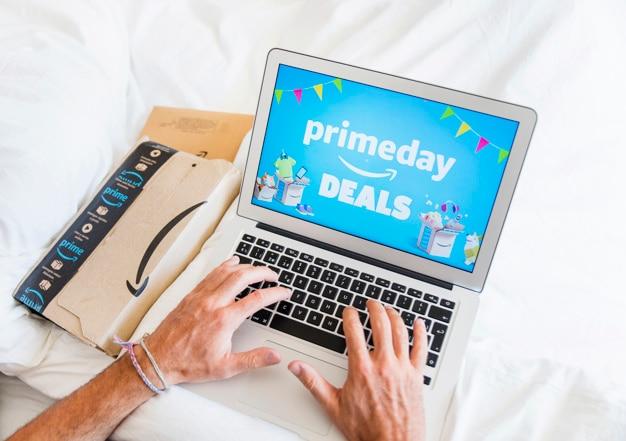 Homme au lit travaillant sur un ordinateur portable