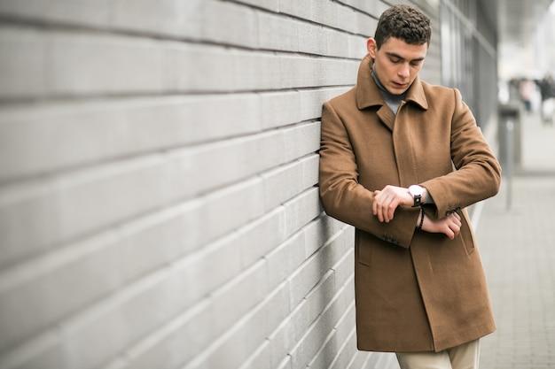 Homme au manteau brun