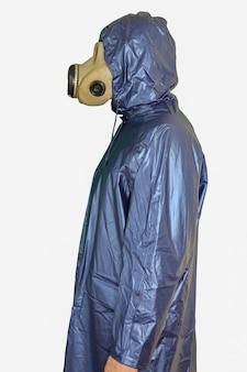 Homme au masque à gaz isolé sur fond blanc. influence du rayonnement. pollution environnementale. notion de tchernobyl. une énergie nucléaire dangereuse.