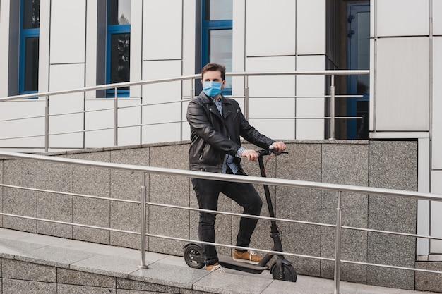 Homme au masque sur scooter électrique en contexte urbain