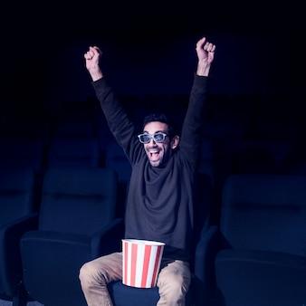 Homme au pop-corn au cinéma