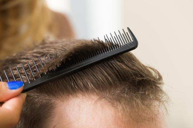 Homme au salon de coiffure