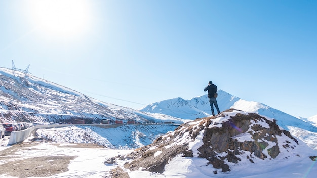 Un homme au sommet d'une montagne enneigée