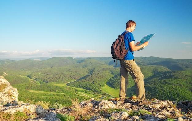 Homme au sommet de la montagne. notion de tourisme