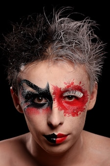 Un homme au visage peint de couleur