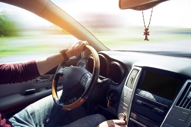 Homme au volant de voiture