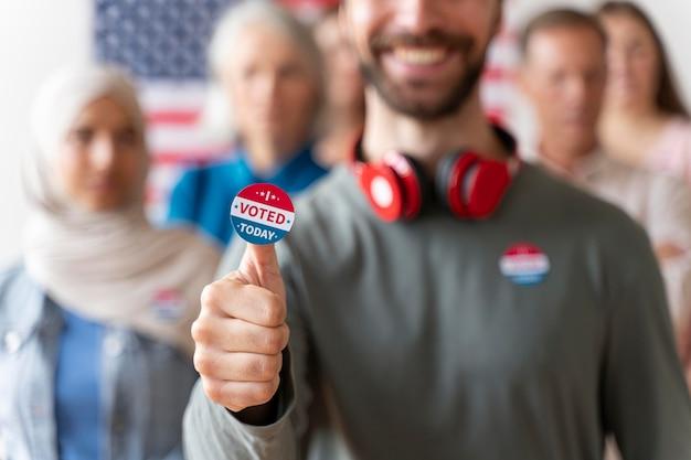 Homme avec l'autocollant j'ai voté aujourd'hui