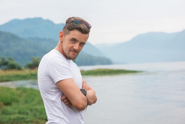 Homme aux bras croisés dans le lac