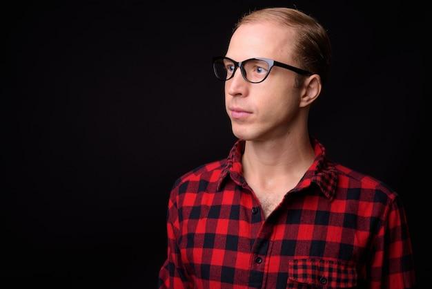 Homme aux cheveux blonds sur fond noir