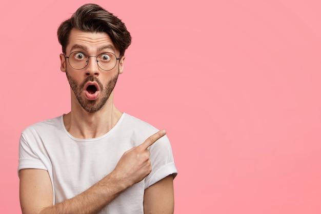 Homme aux cheveux noirs avec des lunettes rondes