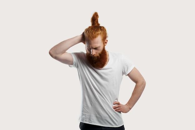 Homme aux cheveux roux en pensant à une nouvelle entreprise