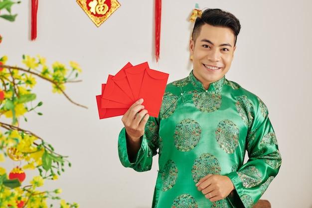 Homme aux enveloppes rouges traditionnelles