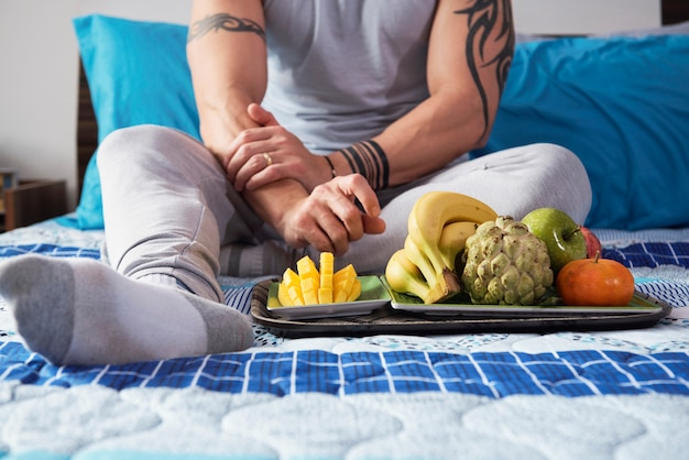 Homme aux fruits mûrs