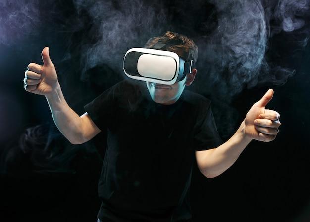 L'homme aux lunettes de réalité virtuelle. concept technologique futur.