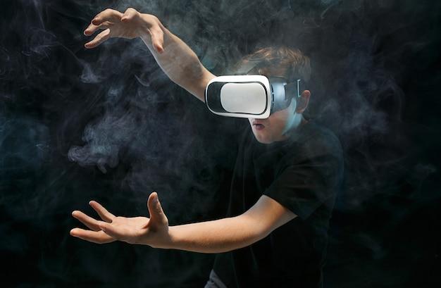 L'homme aux lunettes de réalité virtuelle.